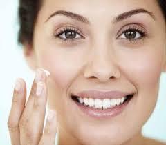 """<img src=""""https://goigu.com/foto.jpg"""" alt=""""Los 10 mejores consejos para la hidratación de la piel seca""""/>"""